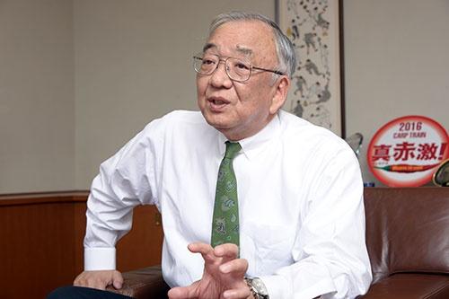<b>松田元(まつだ・はじめ)</b><br /> 広島東洋カープオーナー。1951年広島市生まれ。自動車メーカー、マツダの創業家に生まれ、77年に東洋工業(現マツダ)に就職。6年間勤務した後に、カープに転じる。オーナー代行として球団経営を学び、2002年より現職。理論的な経営を突き詰める半面、赤いパンツを履くなどゲンを担ぐ一面も(写真:橋本真宏、以下同)