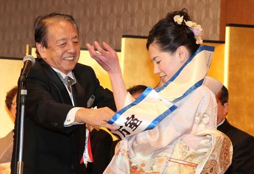 13年2月に東京・品川で開催された社長就任披露会で、父から娘へと経営のたすきがつながれた