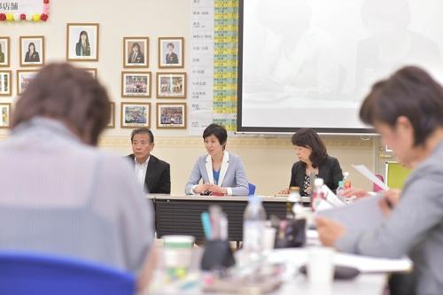 支配人が集まる会議では意見が活発に飛び交う。支配人の97%が女性(写真:菊池一郎)