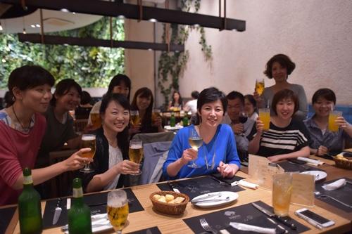 本社社員と打ち上げ。女性社員が全体の約85%を占める(写真:菊池一郎)