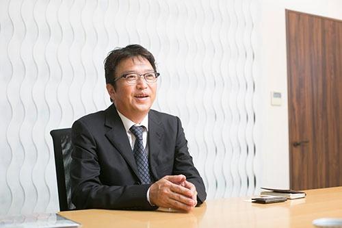 """<span class=""""fontBold"""">よしだ・たけし</span> キャロットカンパニー代表取締役。1966年大阪市生まれ。大阪市立守口東高等学校を卒業後、父親が経営する鉄工所に勤務するも約1年で辞め、雑貨メーカーに就職。そこもおよそ半年で退職し、自分1人で雑貨卸を始める。88年22歳の時、卸からメーカーに業態を変更し、キャロットカンパニーとして事業をスタート。96年に有限会社化、2000年から株式会社。anelloブランドは2005年立ち上げた。他にLegato Largoなど複数のブランドを手掛ける。釣りやゴルフをたしなむが、釣りのほうが好き。"""