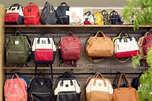 キャロットカンパニーのメインブランド「anello」のバリエーションの一部。色、大きさ、スタイルが多彩にあり、バイヤーも自社にあった商品を選びやすい