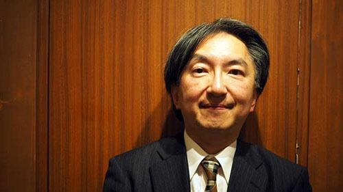 "<b>片山 杜秀(かたやま・もりひで)氏</b><br />音楽評論家、政治思想史研究者、慶應義塾大学法学部教授。1963年生まれ。近著は『<a href=""http://www.amazon.co.jp/gp/product/4087208656/ref=as_li_tf_tl?ie=UTF8&tag=n094f-22&linkCode=as2&camp=247&creative=1211&creativeASIN=4591128601"" target=""_blank"">近代天皇論 ──「神聖」か、「象徴」か</a>』(集英社新書)、『<a href=""http://www.amazon.co.jp/gp/product/4166611119/ref=as_li_tf_tl?ie=UTF8&tag=n094f-22&linkCode=as2&camp=247&creative=1211&creativeASIN=4591128601"" target=""_blank"">大学入試問題で読み解く 「超」世界史・日本史</a>』(文春新書)。著書に『<a href=""http://www.amazon.co.jp/gp/product/4903951049/ref=as_li_tf_tl?ie=UTF8&tag=n094f-22&linkCode=as2&camp=247&creative=1211&creativeASIN=4591128601"" target=""_blank"">音盤考現学</a>』『<a href=""http://www.amazon.co.jp/gp/product/4903951073/ref=as_li_tf_tl?ie=UTF8&tag=n094f-22&linkCode=as2&camp=247&creative=1211&creativeASIN=4591128601"" target=""_blank"">音盤博物誌</a>』『クラシック迷宮図書館(<a href=""http://www.amazon.co.jp/gp/product/4903951278/ref=as_li_tf_tl?ie=UTF8&tag=n094f-22&linkCode=as2&camp=247&creative=1211&creativeASIN=4591128601"" target=""_blank"">正</a>・<a href=""http://www.amazon.co.jp/gp/product/4903951294/ref=as_li_tf_tl?ie=UTF8&tag=n094f-22&linkCode=as2&camp=247&creative=1211&creativeASIN=4591128601"" target=""_blank"">続</a>)』『<a href=""http://www.amazon.co.jp/gp/product/4903951588/ref=as_li_tf_tl?ie=UTF8&tag=n094f-22&linkCode=as2&camp=247&creative=1211&creativeASIN=4591128601"" target=""_blank"">線量計と機関銃</a>』『<a href=""http://www.amazon.co.jp/gp/product/4903951715/ref=as_li_tf_tl?ie=UTF8&tag=n094f-22&linkCode=as2&camp=247&creative=1211&creativeASIN=4591128601"" target=""_blank"">現代政治と現代音楽</a>』(以上アルテスパブリッシング)、『<a href=""http://www.amazon.co.jp/gp/product/4309274781/ref=as_li_tf_tl?ie=UTF8&tag=n094f-22&linkCode=as2&camp=247&creative=1211&creativeASIN=4591128601"" target=""_blank"">クラシックの核心:バッハからグールドまで</a>』(河出書房新社)、『<a href=""http://www.amazon.co.jp/gp/product/410603705X/ref=as_li_tf_tl?ie=UTF8&tag=n094f-22&linkCode=as2&camp=247&creative=1211&creativeASIN=4591128601"" target=""_blank"">未完のファシズム</a>』(新潮選書)、『<a href=""http://www.am"