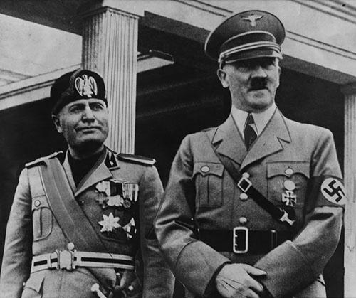 ヴェネト・ムッソリーニ(左)とアドルフ・ヒトラー(右)<br />(写真:SuperStock/Getty Images)