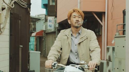 「ガチ星」の主人公、濱島。福岡ダイエーホークスをクビになり、友人の居酒屋を手伝って食いつなぐが… (映画「ガチ星」)