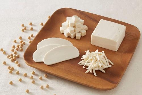 大豆から作られた「ビヨンドミルク」食材の一例。食感や風味はあっさり目のチーズ。(写真提供:不二製油HD)