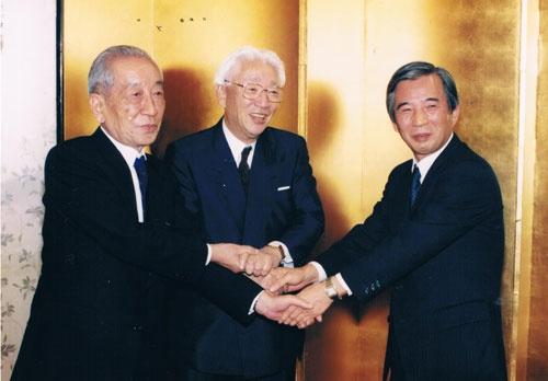 1991年に開かれた、ソニー・プルコ生命からソニー生命への社名変更などを祝う会合での様子。真ん中が盛田昭夫氏、右が伊庭保氏