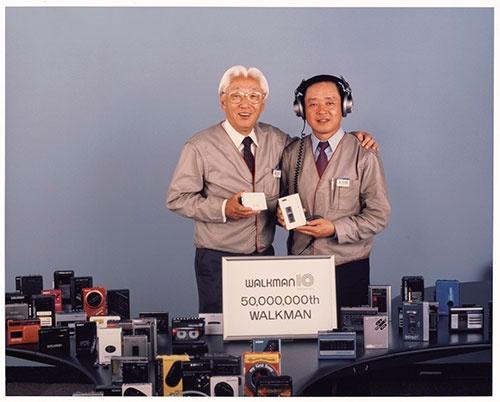 ウォークマン発売10周年の1989年に累計出荷数5000万台を記念し撮影された写真。左が盛田昭夫氏、右が大曽根幸三氏