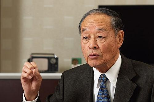 <b>大曽根幸三(おおそね・こうぞう)氏。</b><br/>1933年生まれ。56年日本大学工学部卒業後、ミランダカメラに入社。61年にソニー入社。一貫してオーディオ分野を担当し続け、カセットテープからMDまで、一連のウォークマンシリーズの開発を手掛けた。89年に常務、90年に専務、94~96年まで副社長。2000年にアイワ会長へ就任。2002年にアイワ会長を退任した。(撮影:北山 宏一、以下同)
