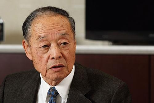 <b>大曽根幸三(おおそね・こうぞう)氏。</b><br/>1933年生まれ。56年日本大学工学部卒業後、ミランダカメラに入社。61年にソニー入社。一貫してオーディオ分野を担当し続け、カセットテープからMDまで、一連のウォークマンシリーズの開発を手掛けた。89年に常務、90年に専務、94~96年まで副社長。2000年にアイワ会長へ就任。2002年にアイワ会長を退任した。(撮影:北山 宏一)