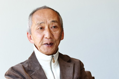 <b>土井利忠(どい・としただ)氏</b><br /> 1942年、兵庫県生まれ。64年東京工業大学電子工学科を卒業、ソニー入社。工学博士(東北大学)、名誉博士(エジンバラ大学)。デジタルオーディオ研究開発プロジェクトマネジャーとして、蘭フィリップスと共同でのCDを開発するプロジェクトや、ワークステーション「NEWS」の開発などを担当。AIBOやQRIOといったロボット開発などの責任者も務めた。87年にスーパーマイクロ事業本部本部長。1988年にソニーコンピュータサイエンス研究所長。2000年にソニーの業務執行役員上席常務に就任。2004年にソニー・インテリジェンス・ダイナミクス研究所社長。2006年にソニーグループを離れる。現在は、中小中堅企業などへ経営を指南する「天外塾」を主催しながら、医療改革、教育改革にも取り組む。「天外伺朗」というペンネームでの著書多数(撮影:北山 宏一)