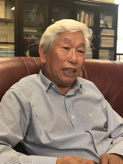 "<span class=""fontBold"">姜義華(ジャン・イーフア)氏</span> 1939年生まれ。復旦大学特別教授、中外現代化プロセス研究センター主任。62年に復旦大学歴史系を卒業し、82年に副教授、85年に教授に。上海歴史学会会長、上海市社会科学学会連合会副主席などを務めた経歴を持つ。"