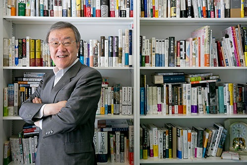 <b>出口治明(でぐち・はるあき)</b><br />ライフネット生命保険創業者。1948年生まれ。72年日本生命保険入社、2006年に現在のライフネット生命保険を設立し、社長に。2017年6月に会長を退任した。読書量は年間200冊。『仕事に効く教養としての「世界史」』(祥伝社)、『「全世界史」講義』(新潮社)など歴史にまつわる著書多数。(撮影:的野弘路、以下同)