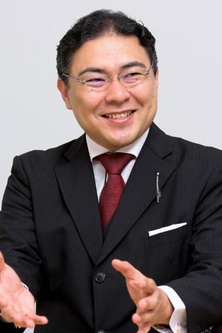 """<b>新井直之</b><br />執事/日本バトラー&コンシェルジュ社長<br />フォーブス誌世界大富豪ランキングトップ10に入る大富豪、日本国内外の超富裕層を顧客に持つ同社の代表を務める傍ら、企業向けに富裕層ビジネス、顧客満足度向上、ホスピタリティに関する講演、研修、コンサルティング、アドバイザリー業務を行なっている。<br />ドラマ版・映画版・舞台版『謎解きはディナーのあとで』、映画版『黒執事』では執事監修、主演の櫻井翔さん、北川景子さん、水嶋ヒロさん、DAIGOさんらの所作指導を担当。<br />著書にAmazonランキング1位(経営)総合3位を獲得した『<a href=""""http://amzn.to/2y2GkkD"""" target=""""_blank"""">執事だけが知っている世界の大富豪58の習慣</a>』(幻冬舎)、『<a href=""""http://amzn.to/2h9SQbf"""" target=""""_blank"""">執事が教える至高のおもてなし</a>』(きずな出版)など著作多数。著書は海外でも翻訳出版され、著者累計発行部数は30万部を超える。"""