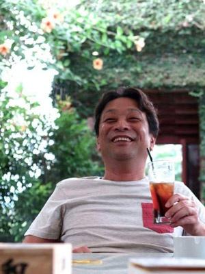 """<b>バリの兄貴</b><br />本名:丸尾孝俊。1966年、大阪生まれ。中学校卒業後、看板屋に丁稚奉公。その後、飲食業、トラック運転手などからの独立を経てバリ島へ渡り現在は関連数十社へと成長しバリに住まいアジア中心に数百ヘクタールの不動産と数十件の自宅を所有。現地の孤児院や病院などに寄付を欠かさぬ人柄は、本人がモデルとなった映画「<a href=""""http://amzn.to/2fLkr5J"""" target=""""_blank"""">神様はバリにいる</a>」(原案書籍:出稼げば大富豪)で存分に描かれている。"""