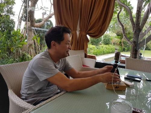 バリにいる兄貴と日本にいる大城氏とでビデオ通話により対談を実現した