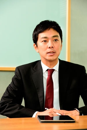 "<span class=""fontBold"">マルケト社長<br />福田康隆(ふくだ・やすたか)氏</span><br /> 1972年生まれ。大学卒業後、日本オラクルに入社し、セールスコンサルタントとして勤務。2001年に米オラクル本社に出向し、営業職に従事。04年米セールスフォース・ドットコムに転職。翌年、同社日本法人に異動。以後9年間に渡り、専務執行役員兼シニアバイスプレジデントを務める。2014年6月マルケト入社と同時に代表取締役社長に就任。(写真:清水盟貴)"