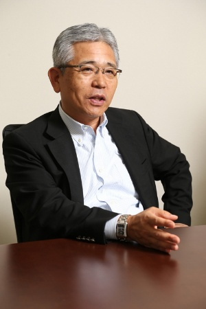 <b>村林 聡(むらばやし・さとし)氏</b><br /> 三菱東京UFJ銀行専務取締役コーポレートサービス長兼CIO(最高情報責任者)<br /> 1981年三和銀行入行。UFJ銀行を経て、2006年に三菱東京UFJ銀行システム部部長(特命担当)。銀行における情報システムの企画・設計・開発に一貫して携わる。2015年6月より現職。三菱UFJフィナンシャル・グループのグループCIOも兼務する。(写真:陶山 勉)