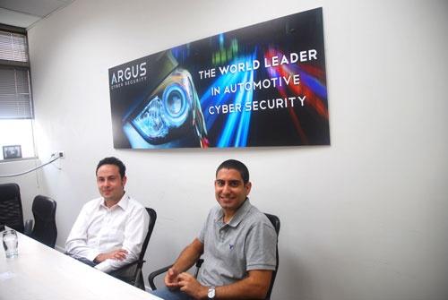 アルグス・サイバー・セキュリティーのオファー・ベンヌーンCEO(右)と営業責任者のヨニ・ハイルブロン氏。