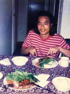 米国では、知人宅のベースメント(地下室)に家賃を払い住んでいた。得意の料理を振舞っていたことも。