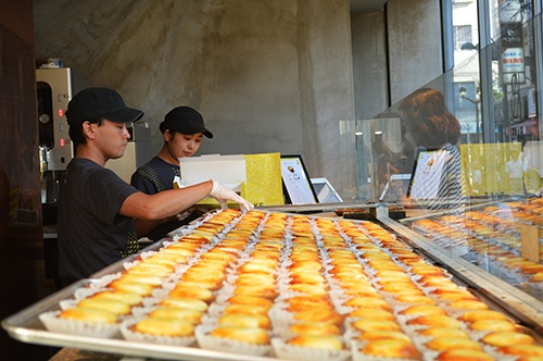 チーズタルトの店は行列が絶えない時間帯も多い(撮影:栗原克己)