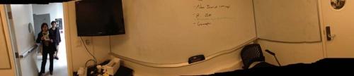 スタンフォード大学のバイオデザインプログラムにある、壁中がホワイトボードになっている部屋