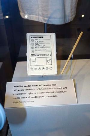ジェフ・ホーキンスが1995年につくった、携帯情報端末「パーム」の木製モックアップ