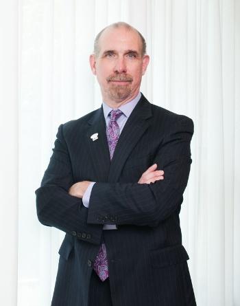 """<span class=""""fontBold"""">Mark A. Langley</span><br/>2002年にProject Management Institute (PMI)に参加。2010年からPMIのプレジデント兼CEO(最高経営責任者)。PMIに参加以前は ChemLogix でCFO(最高財務責任者)を務めた。セント・ジョゼフズ大学を卒業後、プライスウォーターハウスでCPA(公認会計士)として仕事を始め、複数の企業で管理職を歴任した。"""