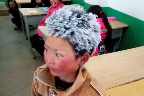 """頭髪が霧氷で真っ白になった王福満君の写真をきっかけに、""""留守児童""""問題への関心も高まることに(写真:Imaginechina/アフロ)"""