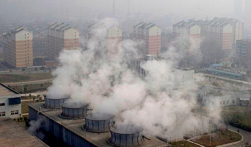 中国の廃棄物処理場では周辺住民の健康被害も指摘されてきた(写真:Imaginechina/アフロ、2015年・武漢)