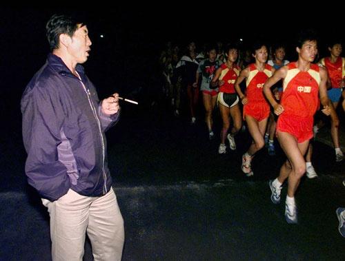 馬俊仁率いる「馬軍団」は1990年代に陸上界を席巻した。写真はドーピングが発覚した2000年当時のもの(写真:ロイター/アフロ)