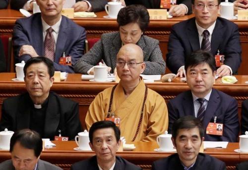 セクハラで告発された中国仏教界の最高指導者・学誠(前から2列目中、写真:ロイター/アフロ)