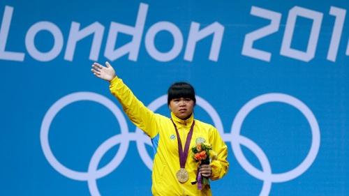 ロンドン五輪カザフスタン代表として女子重量挙げ53kg級で金メダルを獲得したズルフィア・チンシャンロは本名・趙常玲という中国人。今年6月、違反薬物の使用が発覚した(写真:AP/アフロ)