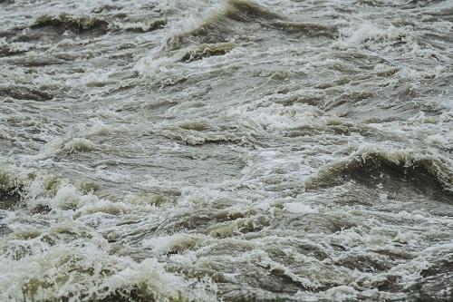 3つのダムを一斉に放水した結果、弥川の下流地域で大規模な洪水が発生した(写真はイメージ)