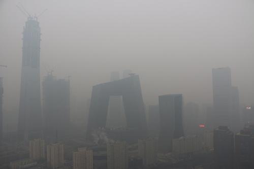 大気汚染で霞む北京。習近平はこの「難敵」に勝てるのか(写真:ロイター/アフロ)