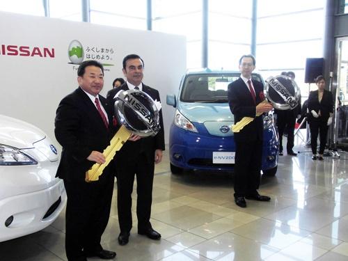 日産自動車いわき工場にて、内堀雅雄福島県知事(写真右)、清水敏男いわき市長(左)らと。ここでカルロス・ゴーン日産社長の「朗報」発言が飛び出した。