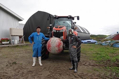 お話を伺った堀井牧場の堀井清司さん。クボタのトラクターの中で最大機種であるM7のオーナーだ。