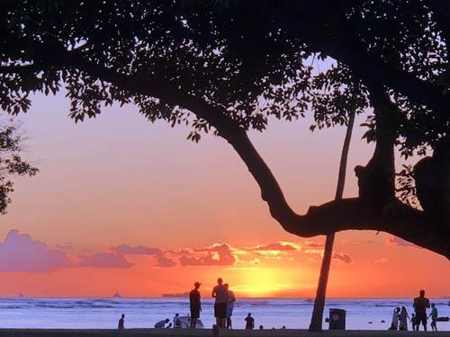 夕暮れのアラモアナ・ビーチパーク。練習嫌いの私でも、こんな景色なら少しは走る気になろうというものです。