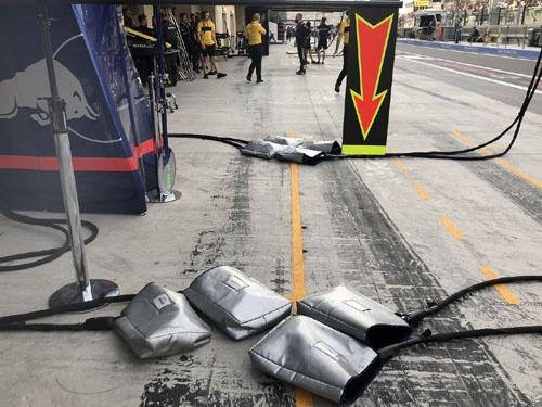 銀色のカバーの中にあるのは、タイヤのネジを締めるロックガン。レース中最低1回のタイヤ交換が義務付けられている。万が一故障してしまったときのために、ガンは各タイヤに2台づつ用意されている。