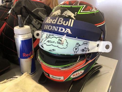 FIAの規定が変わり、2019年からヘルメットのバイザー開口部が今よりも10mm狭くなる。