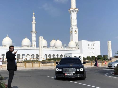 ベントレーとかランボとかアストンとかが当たり前のようにゴロゴロ転がっています。さすがアラブ首長国連邦の全産油量の内9割以上を生産するというアブダビです。