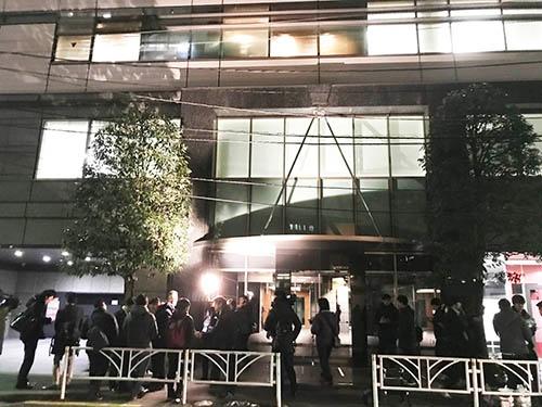 1月26日、約580億円分もの仮想通貨NEM(ネム)が不正に流出した問題で、仮想通貨取引所コインチェックのオフィスが入るビル(東京都渋谷区)の前に集まった報道陣や投資家たち