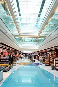 空港ターミナルビルへのテナントの入居や配置にも細かいレベルで既得権益がある(写真:TEA/123RF)写真はイメージです