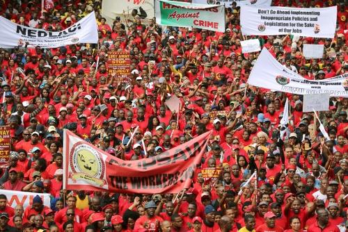 南アフリカでは4月下旬、最低賃金に抗議するデモが起こった(写真=ロイター/アフロ)