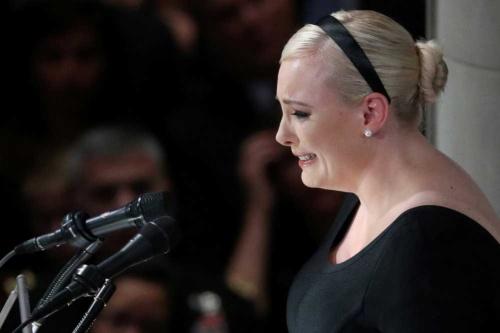 2018年9月1日、マケイン米上院議員の葬儀で弔辞を読む娘のメーガン・マケインさん(写真=AP/アフロ)