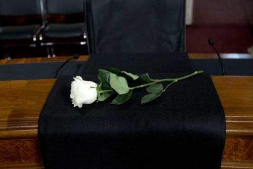 故・ジョン・マケイン上院議員の机に供えられた白バラ(写真=ロイター/アフロ)