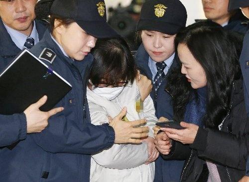特別検事の捜査に連行されるチェ・スンシル氏(写真:YONHAP NEWS/アフロ)
