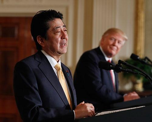 安倍総理の行動は「一歩、先んじた」ものなのか、「朝貢外交」なのか(写真:AP/アフロ )