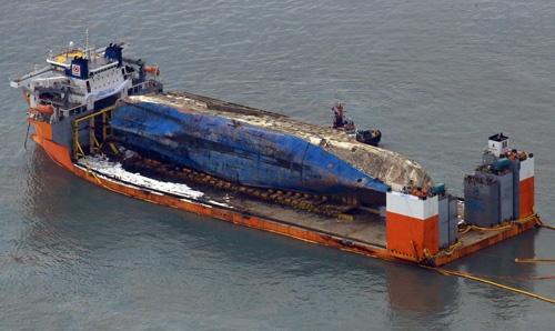 1075日ぶりに海上に姿を現したセウォル号(写真:YONHAP NEWS/アフロ)