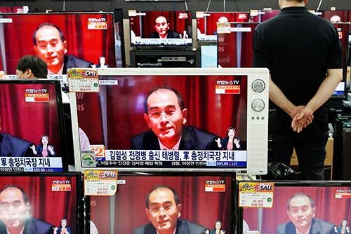 北朝鮮のテ・ヨンホ駐英公使の脱北を報じる韓国テレビ(写真:ロイター/アフロ)